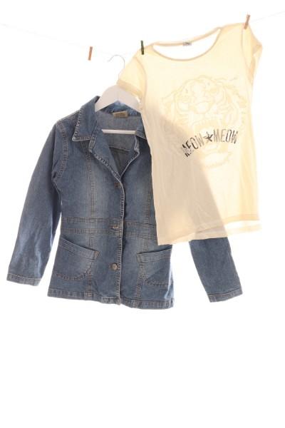 T-Shirt und Jeansjacke