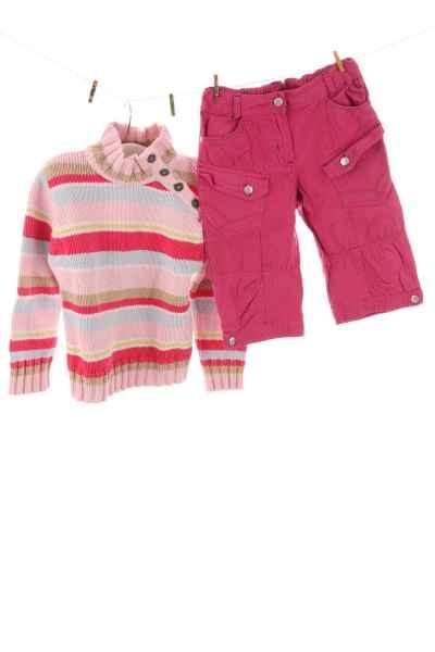 Pullover und Shorts