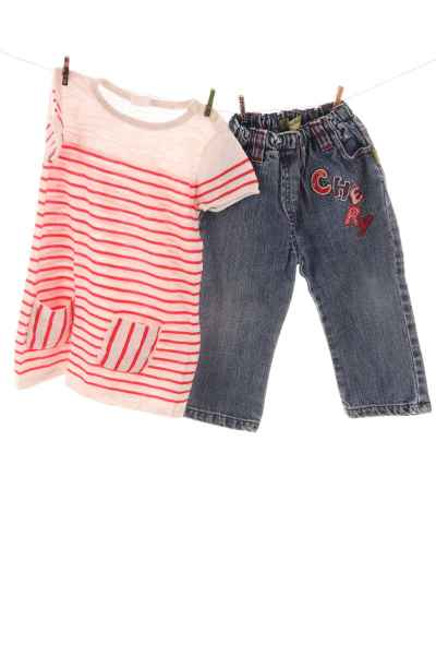 Kleid und Jeans