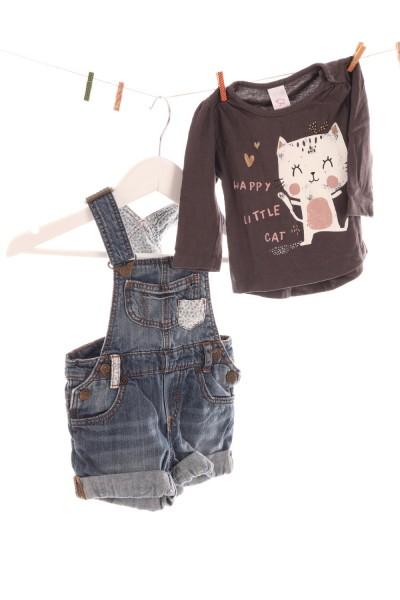 Latzhose und Shirt