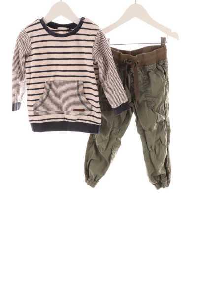 Pullover und Stoffhose