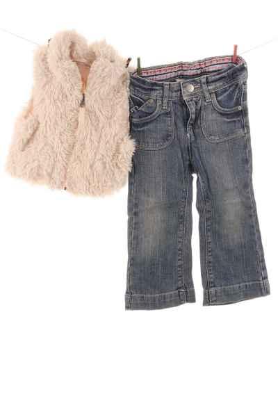 Fellweste und Jeans