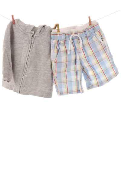 Hoodie und Shorts
