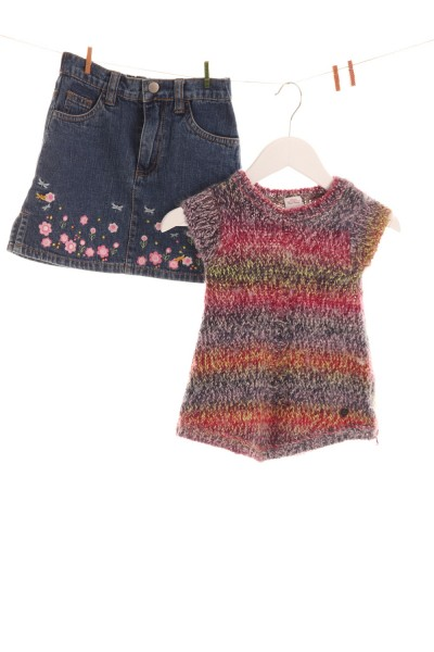 Pullover und Jeansrock
