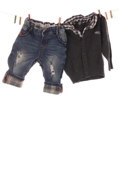 Strickjacke und Jeans