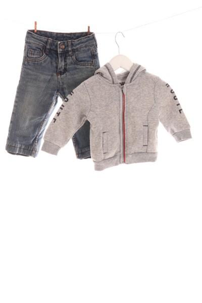 Jeans und Kapuzenjacke