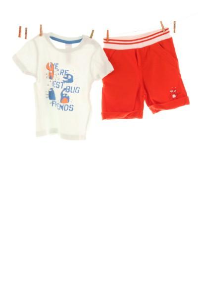 T-Shirt und Stoffhose