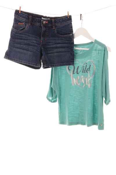 Jeansshorts und Shirt