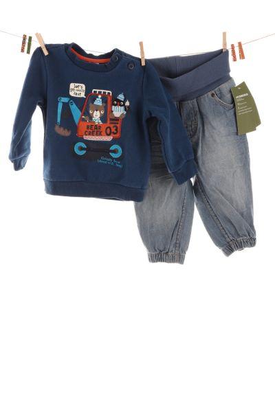 Pulli und Jeans